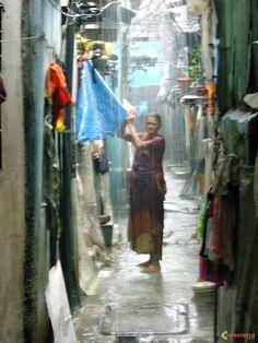 Femme sous la mousson à Dharavi