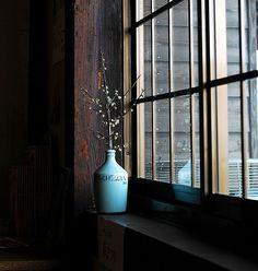 私たちに癒しを与えてくれる観葉植物、あなたは部屋のどこに飾っていますか?窓際に飾って安らぎ空間を作り出している実例をご紹介します。…