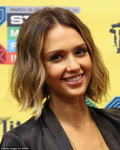 There are differences to Jessica Alba. Now the beautiful actress looks more interesting. More recently, Jessica Alba appeared with a bob haircut. Bob Jessica Alba looks more dramatic and mature. Popular Short Hairstyles, Long Bob Hairstyles, Celebrity Hairstyles, Hairstyles Haircuts, Trendy Hairstyles, Bob Haircuts, Summer Hairstyles, Jessica Alba Bob, Celebrity Bobs