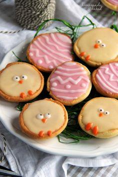 Mini Amerikaner mit Zuckerguss. Niedliche Ostereier Kekse für ein süßes Osterbrunch. Noch mehr Oster Rezepte www.Spaaz.de