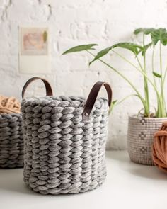 DIY Finger Knit Rope Trivet Tutorial - Flax & Twine DIY Finger Knit Rope Trivet Tutorial - Flax & Twine Always wanted to learn to knit, however undecided how to start? Diy Finger Knitting, Finger Crochet, Hand Knitting, Summer Knitting, Knitting Machine, Vintage Knitting, Crochet Pouf Pattern, Crochet Rope, Hand Crochet