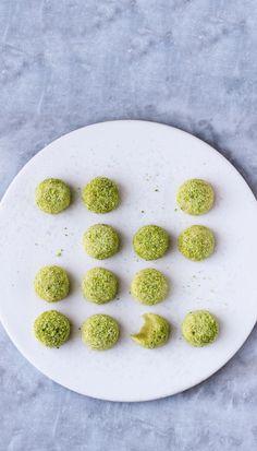 OVERRASKENDE. Den syrlige limesmag kommer forsigtigt snigende, når du tager en bid af de marcipansøde pistaciekager. - Foto: Maja Ambeck Vase