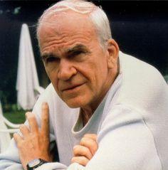 """Milan Kundera, né le 1er avril 1929 à Brno (Moravie), est un écrivain français originaire de Tchécoslovaquie. Ayant émigré en France en 1975, il a obtenu la nationalité française le 1er juillet 1981. Il a écrit ses premiers livres en tchèque, mais utilise désormais le français.""""L'insignifiance, mon ami, c'est l'essence de l'existence. Elle est avec nous partout et toujours.""""La fête de l'insignifiance, Milan Kundera"""