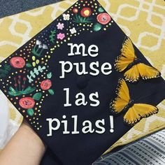Latina graduation caps with Spanish quotes, the Mexican flag and more. Creative decoration ideas that are perfect for graduation. Disney Graduation Cap, Funny Graduation Caps, Custom Graduation Caps, Graduation Cap Toppers, Graduation Cap Designs, Graduation Cap Decoration, Graduation Pictures, College Graduation Cap Ideas, Senior Pictures
