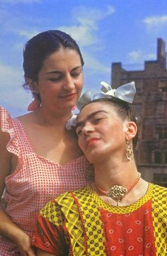 For 10 years, photographer Nickolas Muray and artist Frida Kahlo had an affair. During this time, Muray shot a colorful collection of Frida Kahlo photos. Diego Rivera, Frida E Diego, Frida Art, Selma Hayek, Nickolas Muray, Fall Inspiration, Mexican Artists, Famous Artists, Irina Shayk
