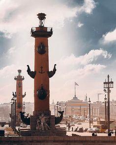 Ростральные колонны - архитектурные сооружения в центре Санкт-Петербурга, на Стрелке Васильевского острова. В XIX веке выполняли функцию фонарей (не маяков!) порта северной столицы.