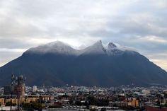 Los cerros y montañas que rodean al área metropolitana lucieron nevados tras el paso del frente frío por la Ciudad. 27 ene 2016