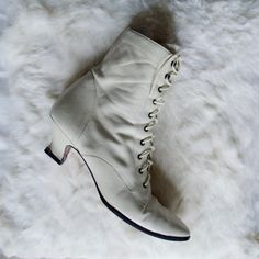 80s lace up ankle boots / 10 - 42 / cream boots / lace up booties / pixie boots / roper boots / distressed boots / leather ankle boots