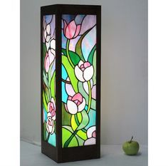 Idea for a Stained Glass Wine Bottle Stained Glass Light, Making Stained Glass, Stained Glass Projects, Glass Painting Designs, Glass Bottle Crafts, Lighted Canvas, Mosaic Glass, Colored Glass, Modern
