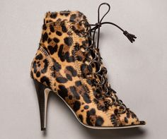 Les boots Adèle de Brian Atwood http://www.vogue.fr/mode/les-shoes-de-la-semaine/diaporama/les-boots-adele-de-brian-atwood/15813