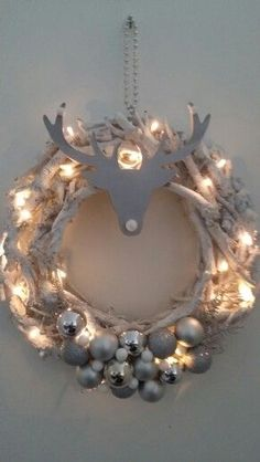 11 simple DIY ideas to festively decorate your house for Christmas! - 11 simple DIY ideas to festively decorate your house for Christmas! Noel Christmas, Rustic Christmas, Christmas And New Year, Winter Christmas, Centerpiece Christmas, Beautiful Christmas Decorations, Xmas Decorations, Diy And Crafts, Christmas Crafts