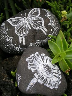 Really pretty stones for my garden Butterfly Painting, Mandala Painting, Pebble Painting, Pebble Art, Stone Painting, Painted Pavers, Painted Rocks, Stone Crafts, Rock Crafts