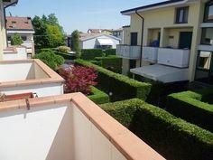 La vista dal terrazzino dell'appartamento a Selvazzano. Per richiederci ulteriori informazioni, scrivete a info@pianetacasapadova.it, o chiamate lo 049/8766222. Saremo lieti di soddisfare le vostre richieste!