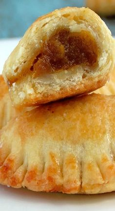 These delicious mini empanadas have a flaky, buttery crust and are filled with sweet, bursting with flavor pumpkin filling.Pumpkin Empanadas- Better dough and very nice filling :)Say I invited you to dinner and you showed up with these Pumpkin Empana Mexican Pastries, Mexican Sweet Breads, Mexican Bread, Köstliche Desserts, Delicious Desserts, Yummy Food, Pumpkin Recipes, Fall Recipes, Guam Recipes