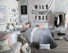 If you don't have enough closet space, use a hanging rack and display your clothing as decor! > Tisch sowohl als Beistell- als auch Nachttisch. Mit Lampe als Mittellichtquelle dormify.com