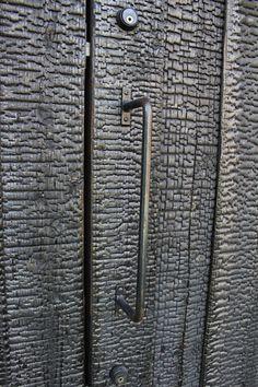 Charred wood door - Uno Tomoaki