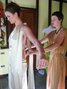 En este tutorial, te enseñamos ha hacer tu propio vestido de novia, por poco dinero y sin muchas nociones de costura.