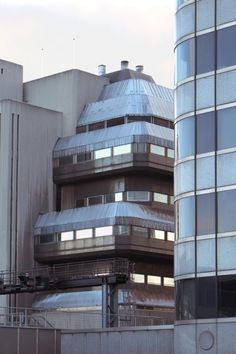 just some inspirational /aesthetics/ Building Structure, Blade Runner, Brutalist, Windows And Doors, Abandoned, Architecture Design, Multi Story Building, Environment, Urban
