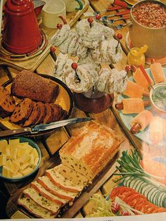 Mid-Century Brunch – 1956 Betty Crocker Picture Cookbook – 1956 Love the way they displayed food back then – so creative! Hot Brown, Retro Recipes, Vintage Recipes, Breakfast Photography, Food Photography, Vintage Food Posters, Vintage Baking, Vintage Kitchen, Food Wallpaper