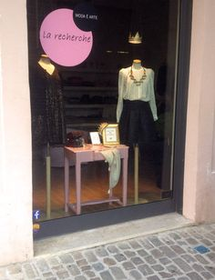 #larecherchemodaearte #senigallia #italia #mywindows #deuxnattes #siamotuttedelleprincipesse #vitrine #mespetitspapiers #gold  juliedenat.jimdo.com