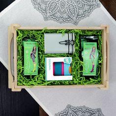 Pántos tetős fadobozos ajándékcsomag zöld kreppelt papírral. A dobozban: szálas zöld tea keverék, tea tároló doboz, hordozható termoszpohár, azaz KeepCup. Tea, Frame, Home Decor, Picture Frame, Decoration Home, Room Decor, Frames, Home Interior Design, Teas