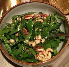 Spinazie salade met vijgen en in droge pan geroosterde cashews. Dressing: 2 eetl olijfolie, 1 eetl appelciderazijn, 1 theel witte miso (zakjes van Ah). Evt wat olijven toevoegen.