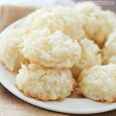 Easy Coconut Macaroons by Jen of Yummy Healthy Easy Simple to make coconut macaroons, soft, chewy and full of coconut flavor. Plus lighter and healthier than most cookies! These are a great addition t Coco Cookies, Cookies Et Biscuits, Macaroon Cookies, Cookie Recipes, Dessert Recipes, Flour Recipes, Delicious Desserts, Yummy Food, Macaroon Recipes
