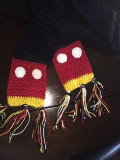 Mickey Mouse Inspired scarf worked in half double crochet. Disney Crochet Patterns, Crochet Disney, Crochet Bows, Cute Crochet, Crochet Scarves, Crochet Crafts, Crochet Projects, Crochet Ideas, Crochet Mittens