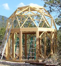 Small round dome cabin built with EconOdome frame kit. Más