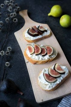 Fresh, ripe figs are an absolute treat. They can be enjoyed on their own, but they also pair beautifully with a wide variety of sweet and savory dishes. Fig Recipes Healthy, Healthy Cooking, Fall Recipes, Healthy Snacks, Dried Figs, Fresh Figs, Appetizer Recipes, Snack Recipes, Yummy Recipes