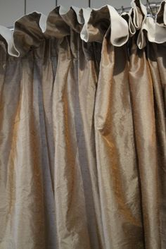 Residential project in which we made custom made curtains in a silk look taft. Beatiful changeant copper gloss that exudes elegance, combined with an ecru cotton satinette to give it a homely warmth. Notice the nonchalant confection....contact us for details.