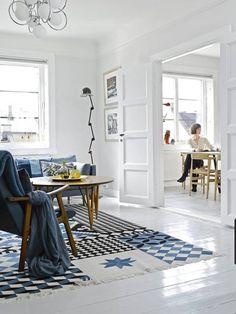 ÅPNET NESTEN OPP. Istedet for å rive ned veggen mellom kjøkken og stue, beholdt Kari Anne og Bjørn Sverre de originale fløydørene. – Å kunne stenge av oppholdsrommene har stor verdi for en småbarnsfamilie, sier Karia Anne. Også gulvene er originale, gulvteppe fra Gan Rugs. Stålampe fra Jieldé. Maleriene er av Jannik Abel.