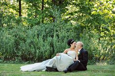 Not sure how willing I would be to sit in green grass in a white dress.. But I like the pose