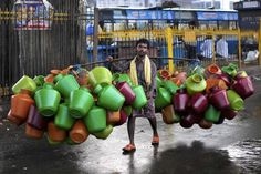Vendedor de jarras en la India