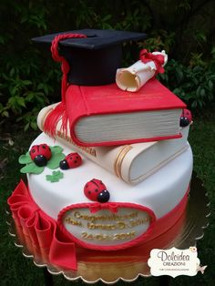Gallery Dolcidea creazioni Lawyer Cake, Graduation Cake Designs, Laura Lee, Graduation Cap And Gown, Graduation Gifts, Teacher Cakes, Dummy Cake, Book Cakes, Party Decoration