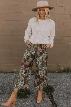 Fashion Tips Moda .Fashion Tips Moda Boho Outfits, Cute Outfits, Boho Work Outfit, Funky Outfits, Floral Pants Outfit, Casual Outfits, Patterned Pants Outfit, Feminine Fall Outfits, Printed Pants Outfits