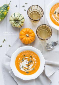 Per riscaldare le fredde giornate di autunno con i colori della zucca e i profumi delle spezie: ecco la mia zuppa thai di stagione. Avvolgente e vellutata, si gioca tutta sull'equilibrio tra la dolcezza di zucca e latte di cocco e l'intensità delle spezie. ©AnnaFracassi @lennesimoblog