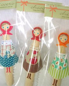 Clothespin dolls wearing kerchiefs and aprons Craft Stick Crafts, Fun Crafts, Crafts For Kids, Paper Dolls, Art Dolls, Clothes Pegs, Clothespin Dolls, Tiny Dolls, Craft Fairs