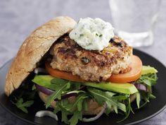 Hähnchenburger mit Kräuterquark | Kalorien: 402 Kcal - Zeit: 30 Min. | http://eatsmarter.de/rezepte/haehnchenburger-mit-kraeuterquark