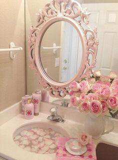 Pink roses shabby cottage chic room decor romantic home, shabby chic Romantic Shabby Chic, Rosa Shabby Chic, Baños Shabby Chic, Shabby Chic Bedrooms, Romantic Homes, Shabby Chic Furniture, Bathroom Furniture, Bedroom Romantic, Furniture Vintage
