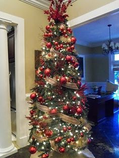 This christmas tree looks similar to the one I decorate for my mom every year and I LOVE doing her trees!!