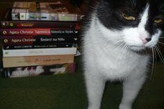 Moje dwie największe miłości, no jedne z największych. Melania i książki :) na łózko(milości numero tres)