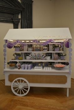 Hermoso carrito de dulces para adornar tu evento! Dessert Stand, Dessert Buffet, Candy Buffet, Ice Cream Car, Candy Stand, Sweet Carts, Diy Bar Cart, Candy Cart, Elegant Baby Shower