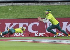 Watch: Du Plessis and Miller team up for superb catch [video]. Kfc, Final Five, T20 Cricket, David Miller, David Warner, Steve Smith, Comebacks, Victorious