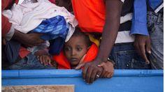 Grupo de migrantes en el Mediterráneo El número de migrantes que tratan de llegar a Europa por la ruta del Mediterráneo central apenas ha variado en el último año.