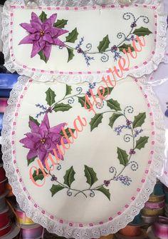 Juego de baño pintura y bordado Diy And Crafts, Embroidery, Tableware, Farmhouse Rugs, Painted Rug, Fabric Rug, Bathroom Mat, Fabric Crafts, Craft