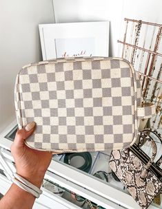 Fashion and beauty blogger Michelle Kehoe of Mash Elle shares the best checkered makeup bag on the market! This faux leather makeup bag is great quality and a must have! #makeupbag #makeuphacks #makeuporganization #organization #makeuppicks. #drugstoremakeup #bestdrugstoremakeup #drugstoremakeupfavs Best Drugstore Makeup, Best Makeup Products, Diy Beauty, Beauty Hacks, Beauty Tips, Leather Makeup Bag, Makeup Starter Kit, Everyday Makeup Tutorials, Beauty Must Haves