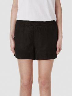 Selected Femme - Regular fit - 100 % Leder - Futter: 100 % Polyester - Elastisches Taillenband - Schlitze in den Seiten - Weiche Qualität. Das Model ist 179 cm und trägt Größe M/38.  Dies Leder-Shorts sind unglaublich weich und bequem. Das Leder verfügt über eine weiche Oberfläche und ein glattes Futter. Styling-Tipp: Die Shorts sind feminin und sportlich zugleich, daher kannst du zu den Short...