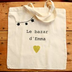 Tote Bag personnalisé Sacs Tote Bags, Canvas Tote Bags, Reusable Tote Bags, Diy Sac, Textiles, Creation Couture, Girls Bags, Fabric Painting, Tee Shirts