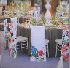 ¿Qué les parece esta idea?  Si las mesas están bonitas podemos únicamente ponerles el camino de mesa en Cayenne y a las sillas las enfundamos como las de la foto pero en tono Paloma y así no saturamos tanto el ambiente